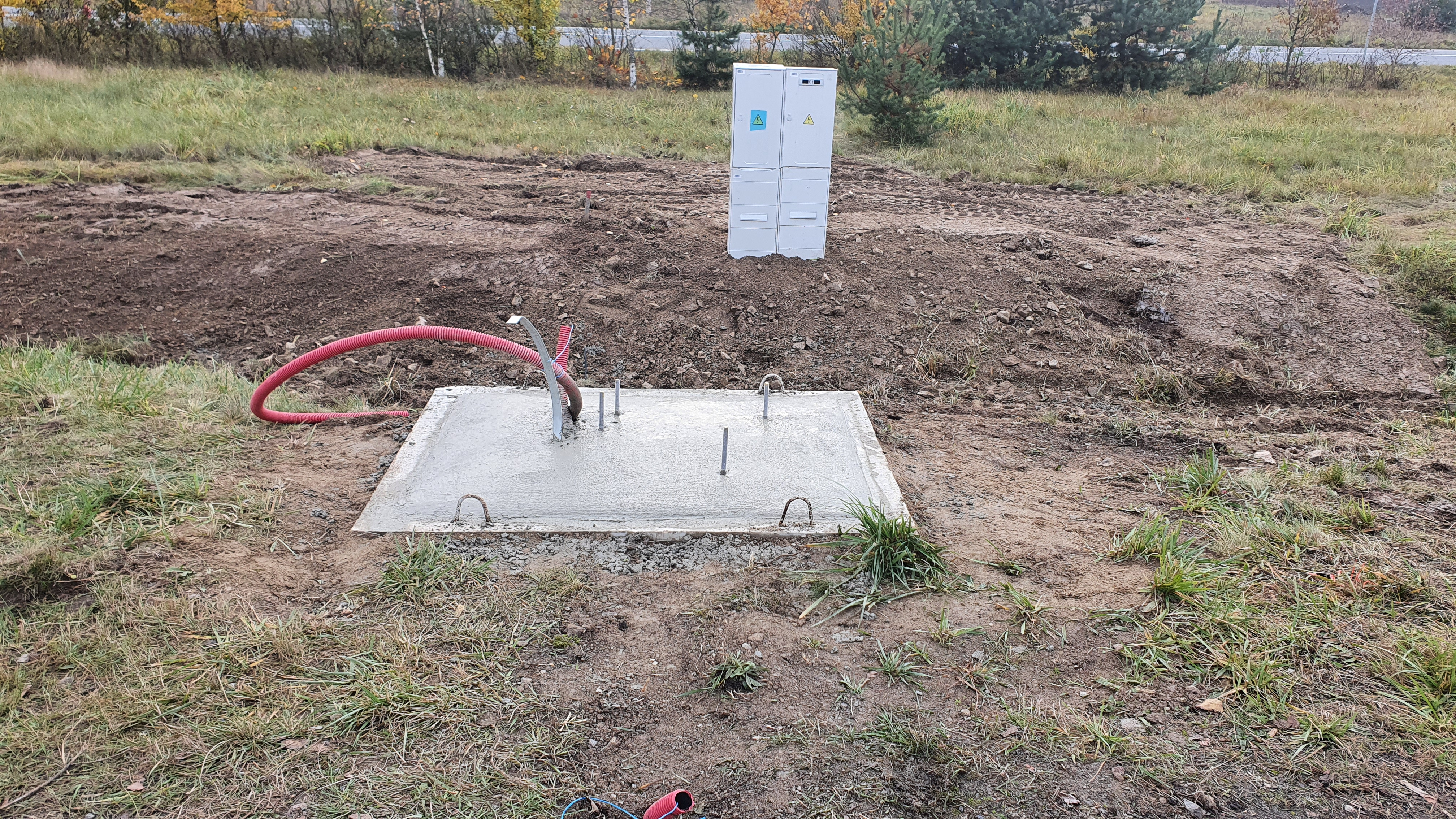 28.10. byly zahájeny zemní práce a betonáž základů