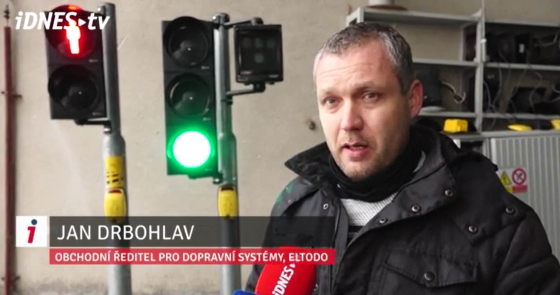 Jan Drbohlav, ředitel dopravních systémů, vysvětlující fungování nových prototypů bezdotykových chodeckých tlačítek