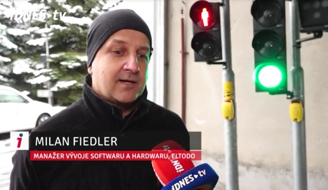 Milan Fidler, manažer vývoje softwaru a hardwaru, vysvětlující spolehlivost detekce nového chodeckého tlačítka