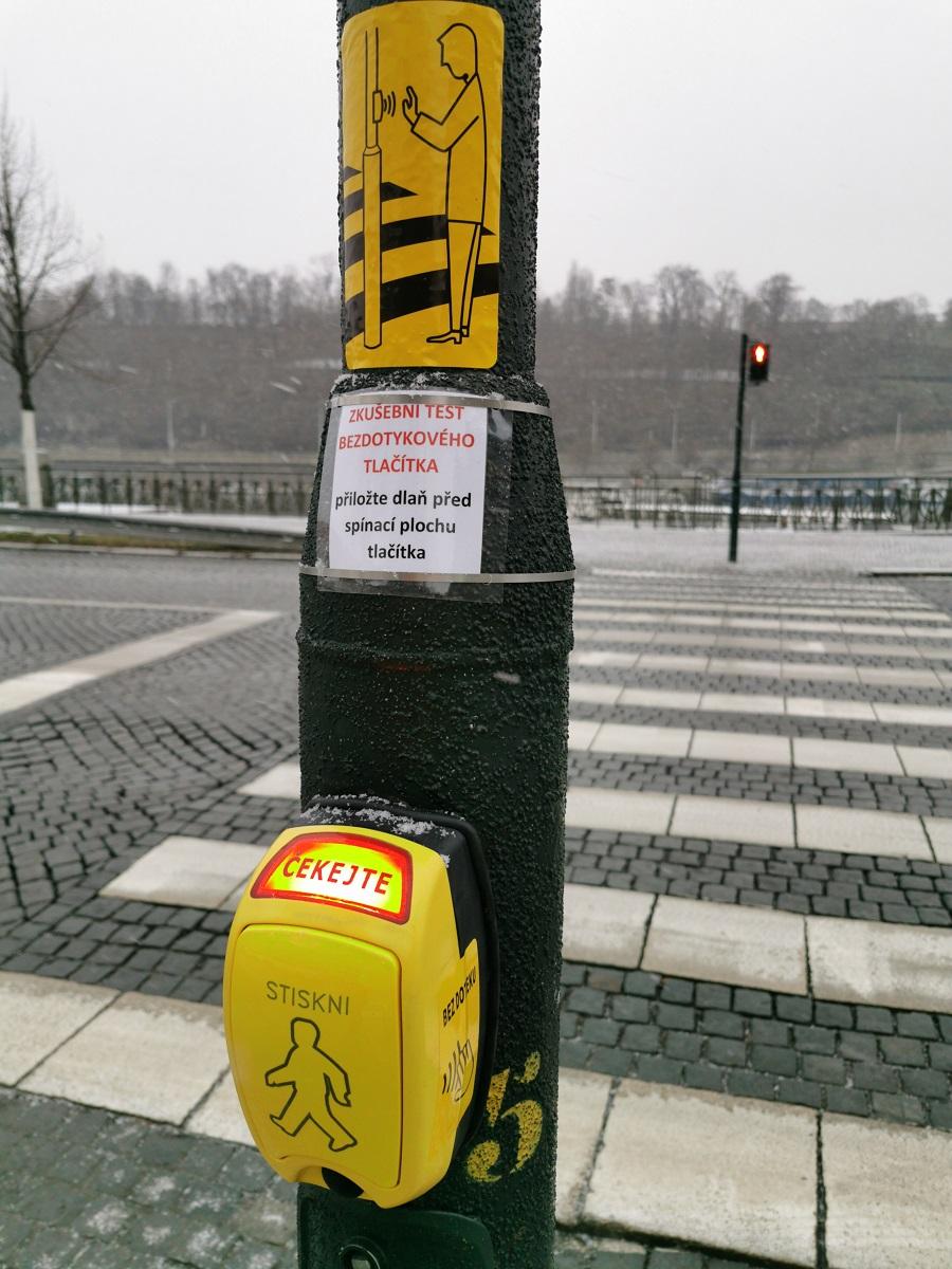 Bezdotykové tlačítko na Dvořákově nábřeží