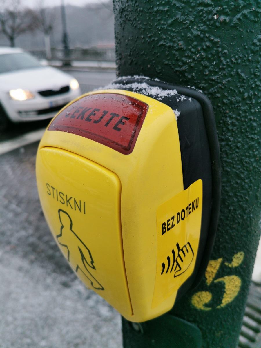 Nové bezdotykové tlačítko pro chodce