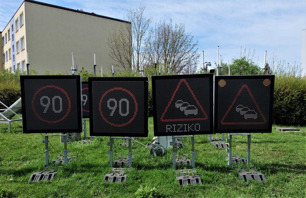 Proměnlivé dopravní značení (PDZ) umožňuje změnu zobrazovaných symbolů dle aktuálních potřeb a dopravní situace na komunikacích.