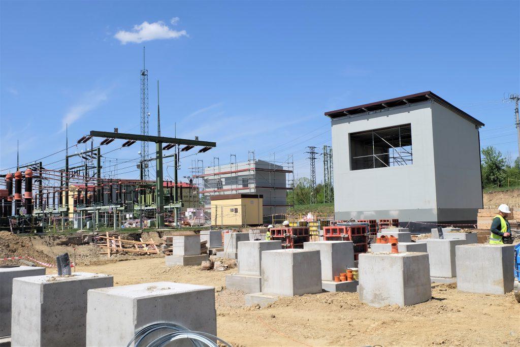 Pohled na nové trafostání, stání tlumivek a stavbu betonových základů pro novou technologii rozvodny 110 kV