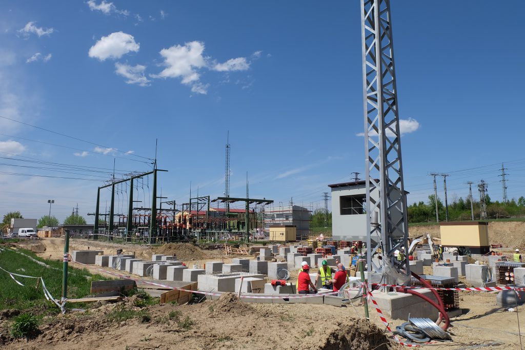 Pohled na demontovanou část rozvodny a výstavba nových základů